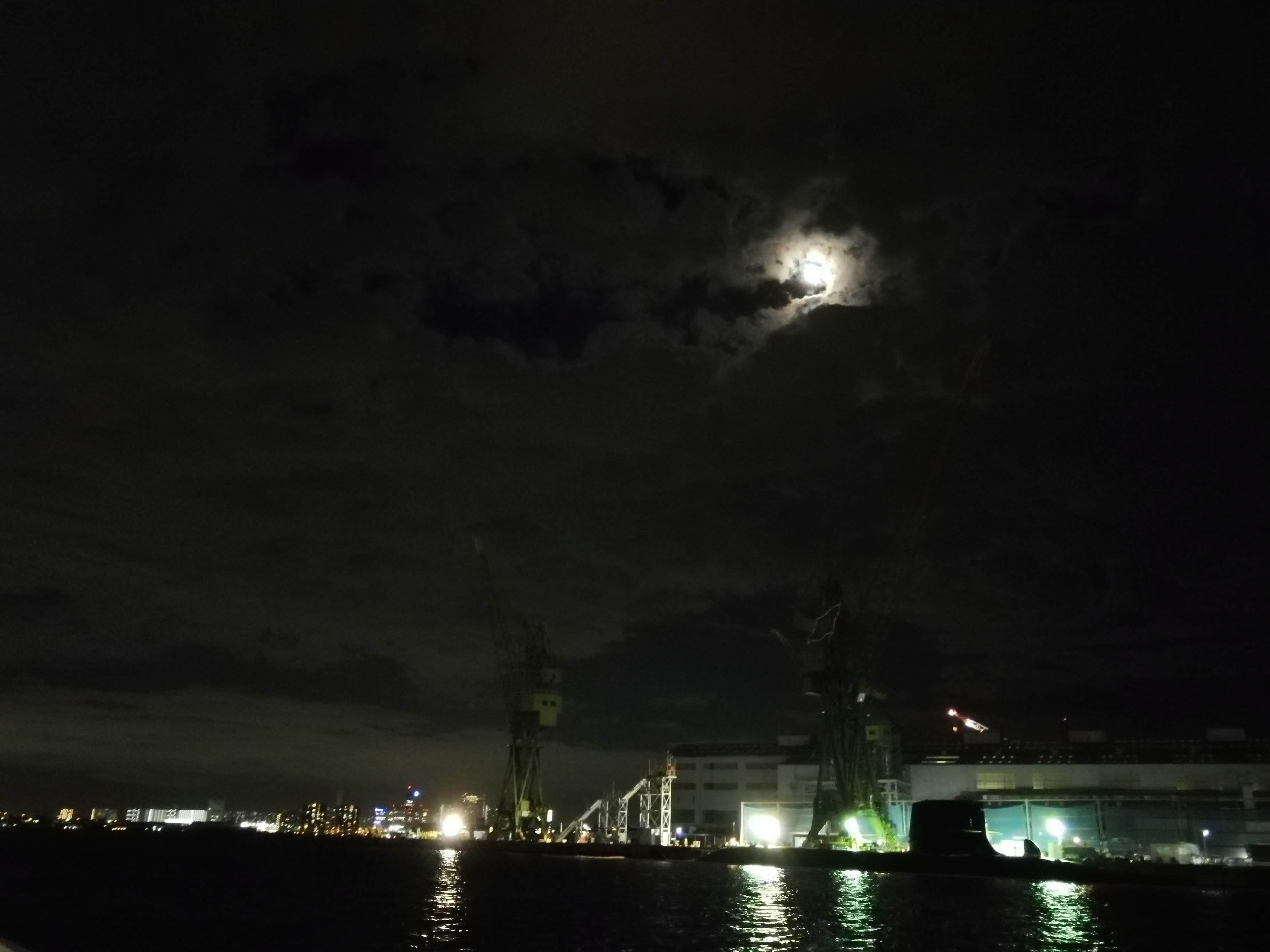 月を眺めながら。